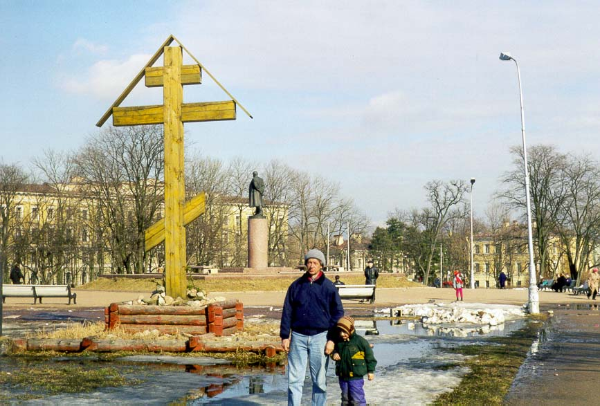 A monument to V. I. Lenin in Pushkin (former...cross was erected recently). Russia
