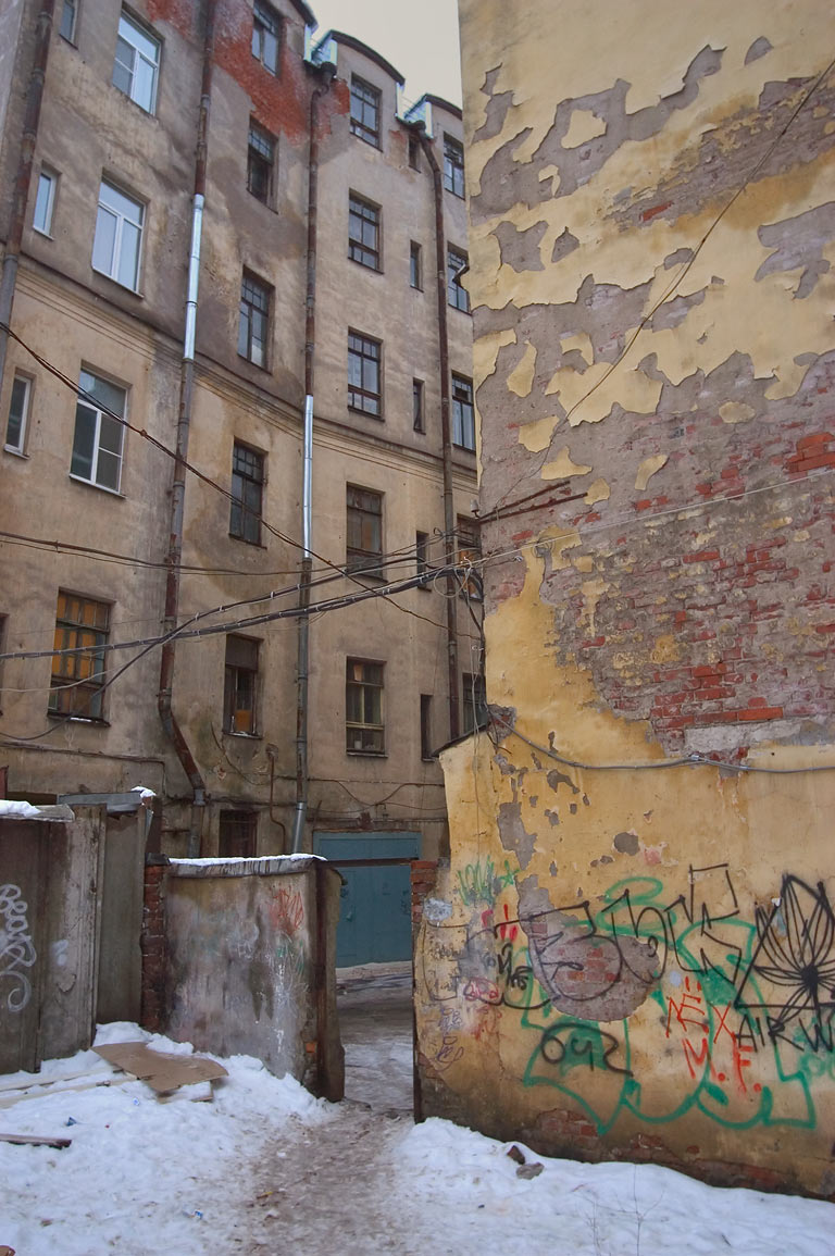 A passage near Kamennoostrovsky Prospect in...neighborhood. St.Petersburg, Russia