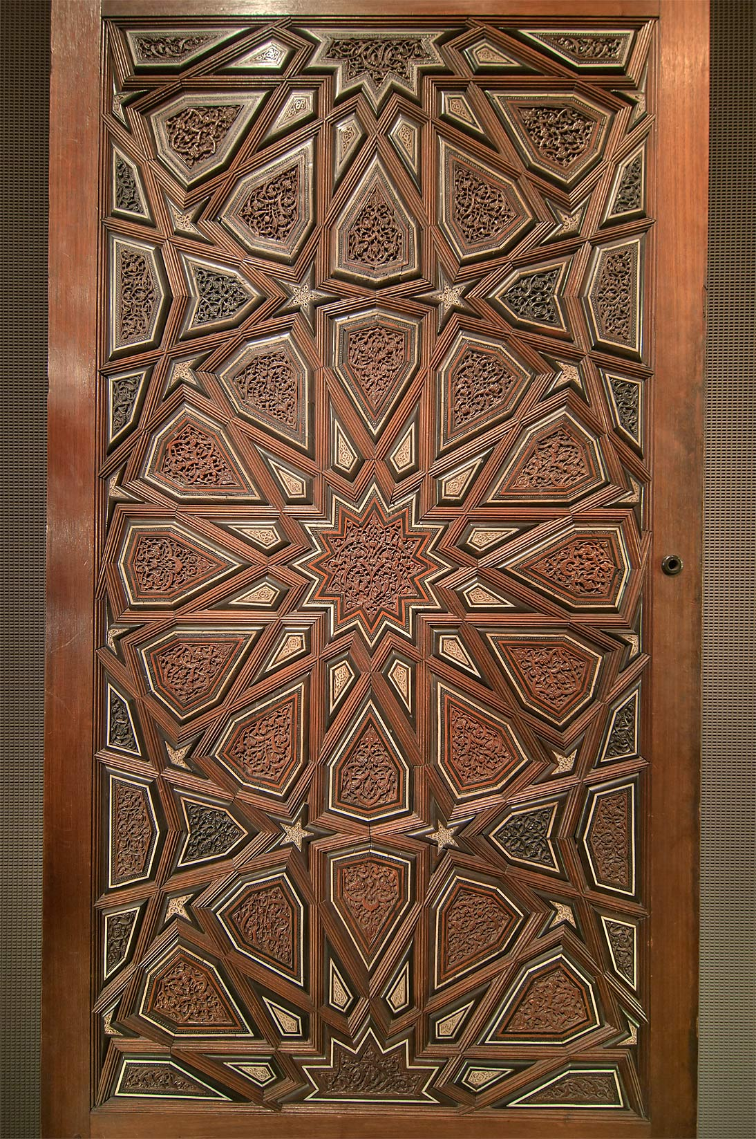 Slideshow 1003 22 door panel in museum of islamic art for Door pattern design