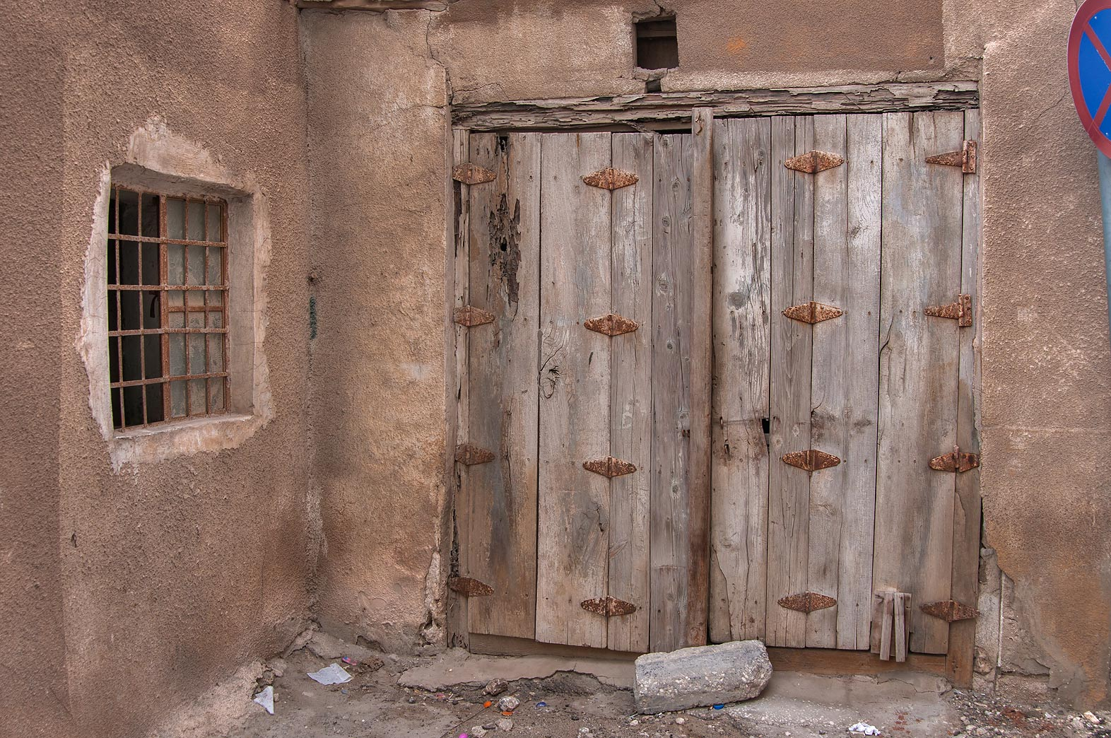 Photo old wooden gate at ahmed bin mohammed
