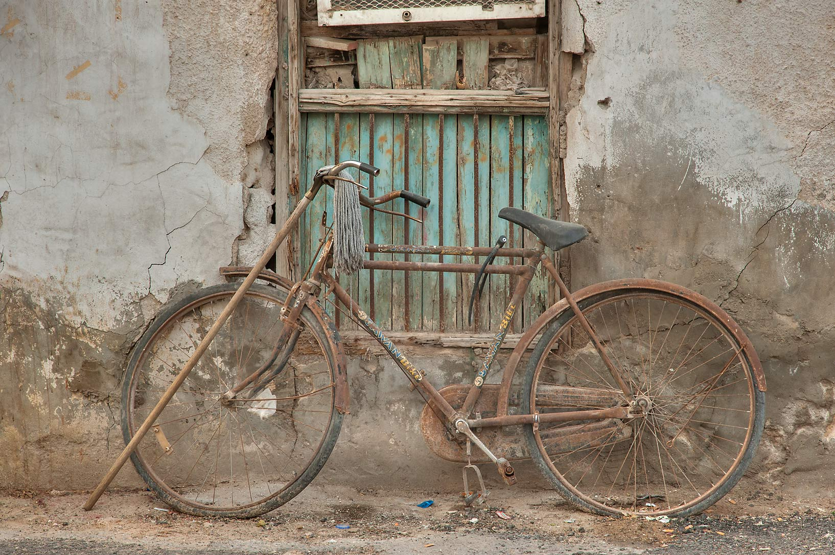 Photo 1378-24: Rusty bicycle on Zurara Bin Amir St. in Al ...