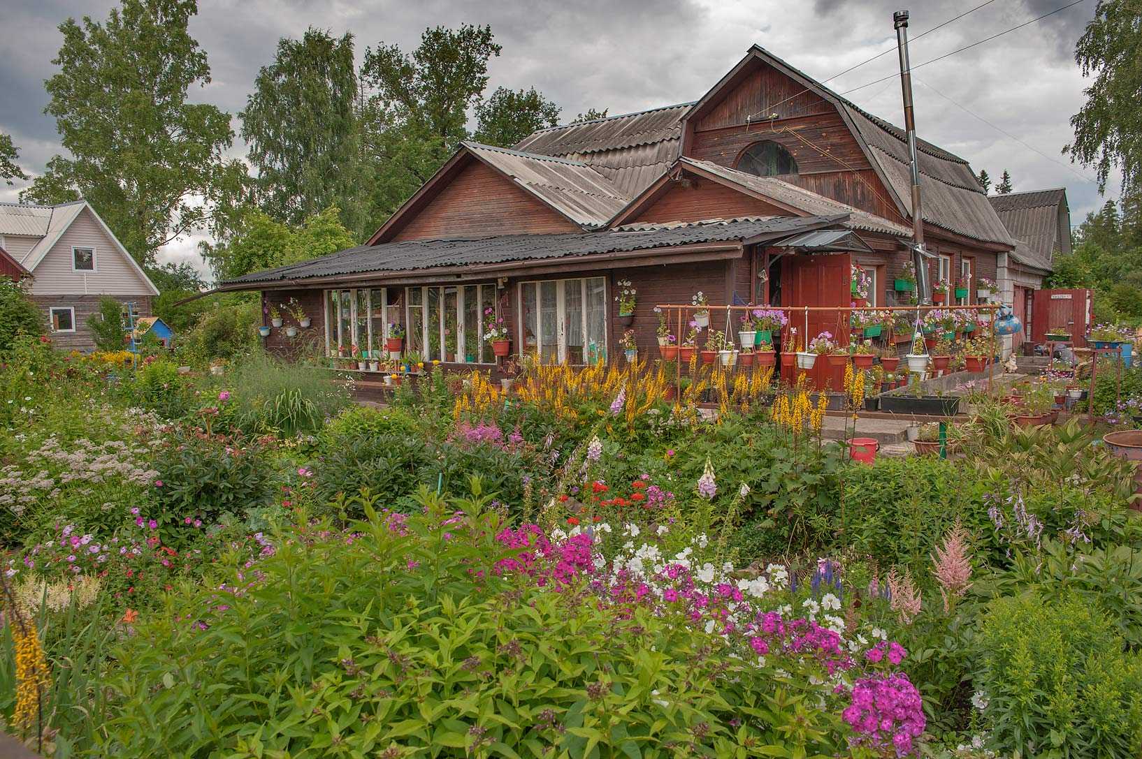 photo 1628-23: summer house with flowers on krasnaya st