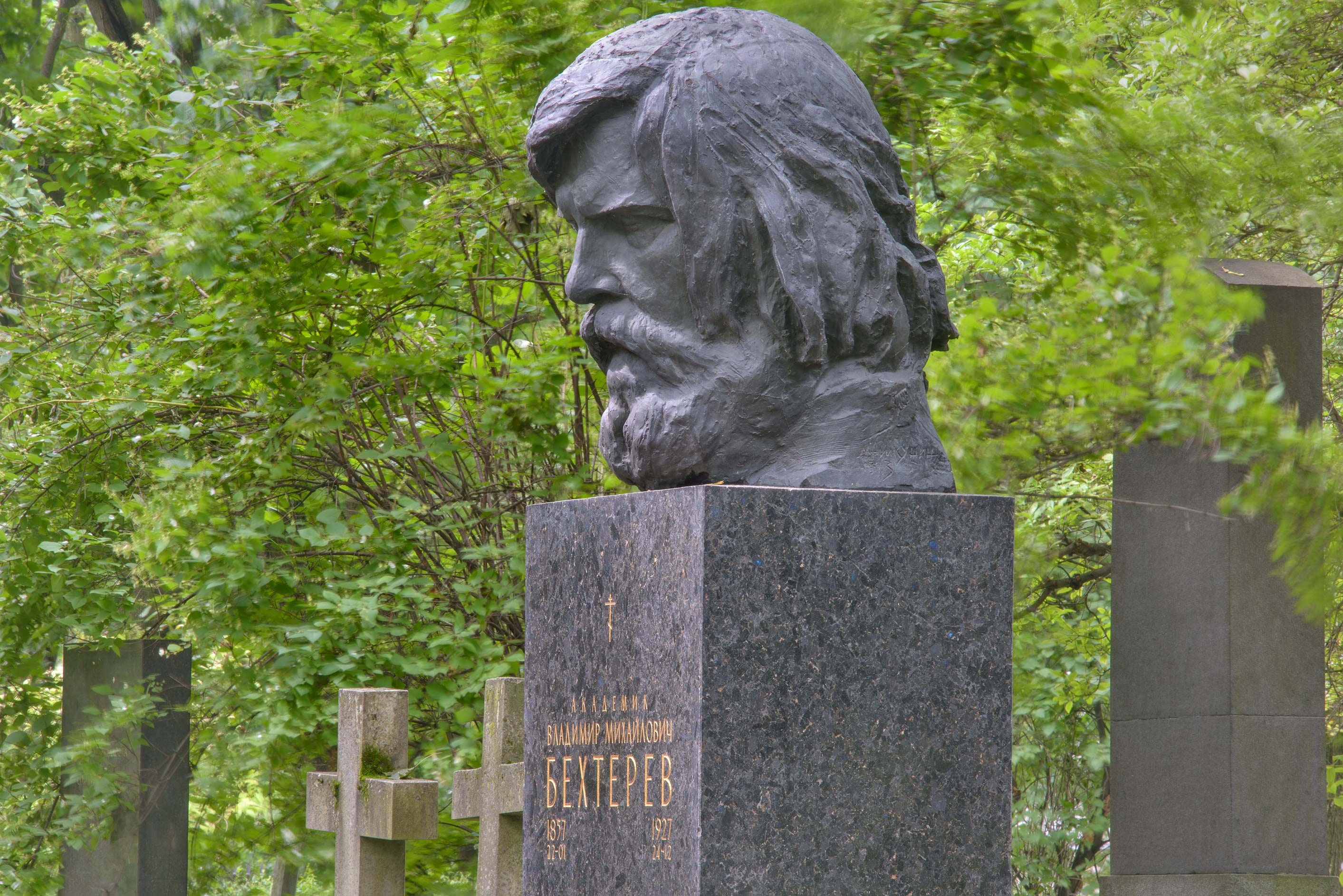 Large head on a tomb of a physiologist V. M...Cemetery. St.Petersburg, Russia